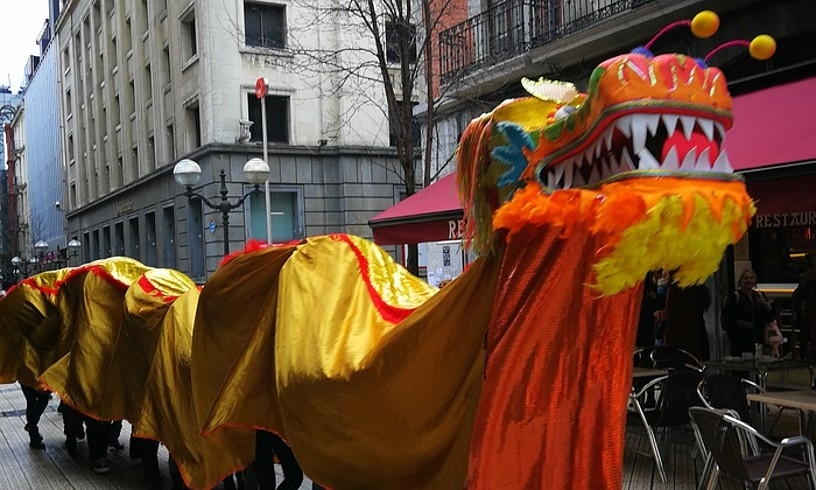 Dragoiaren desfilea egin dute Bilboko kaleetan.