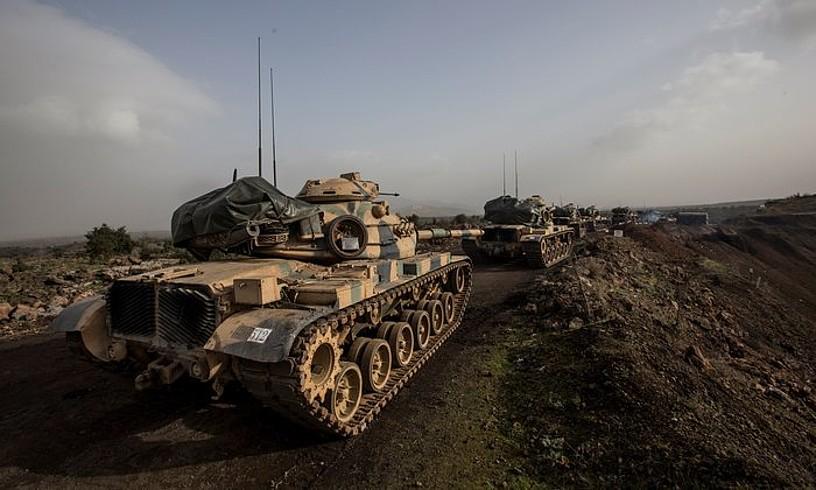 Turkiako tankeak, kurduen Afrin barrutian sartzeko prest, urtarrilaren 22an, erasoaldia hasi eta bi egunera. ©SEDAT SUNA / EFE