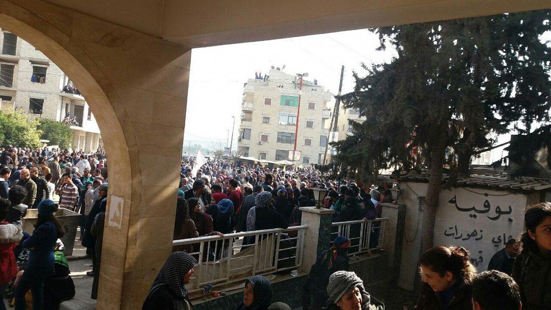 Herritarrak bilduta, odola emateko, Afrin hirian. Odol falta larria dela adierazi dute ospitaleek. ©EDNAN HESSEN