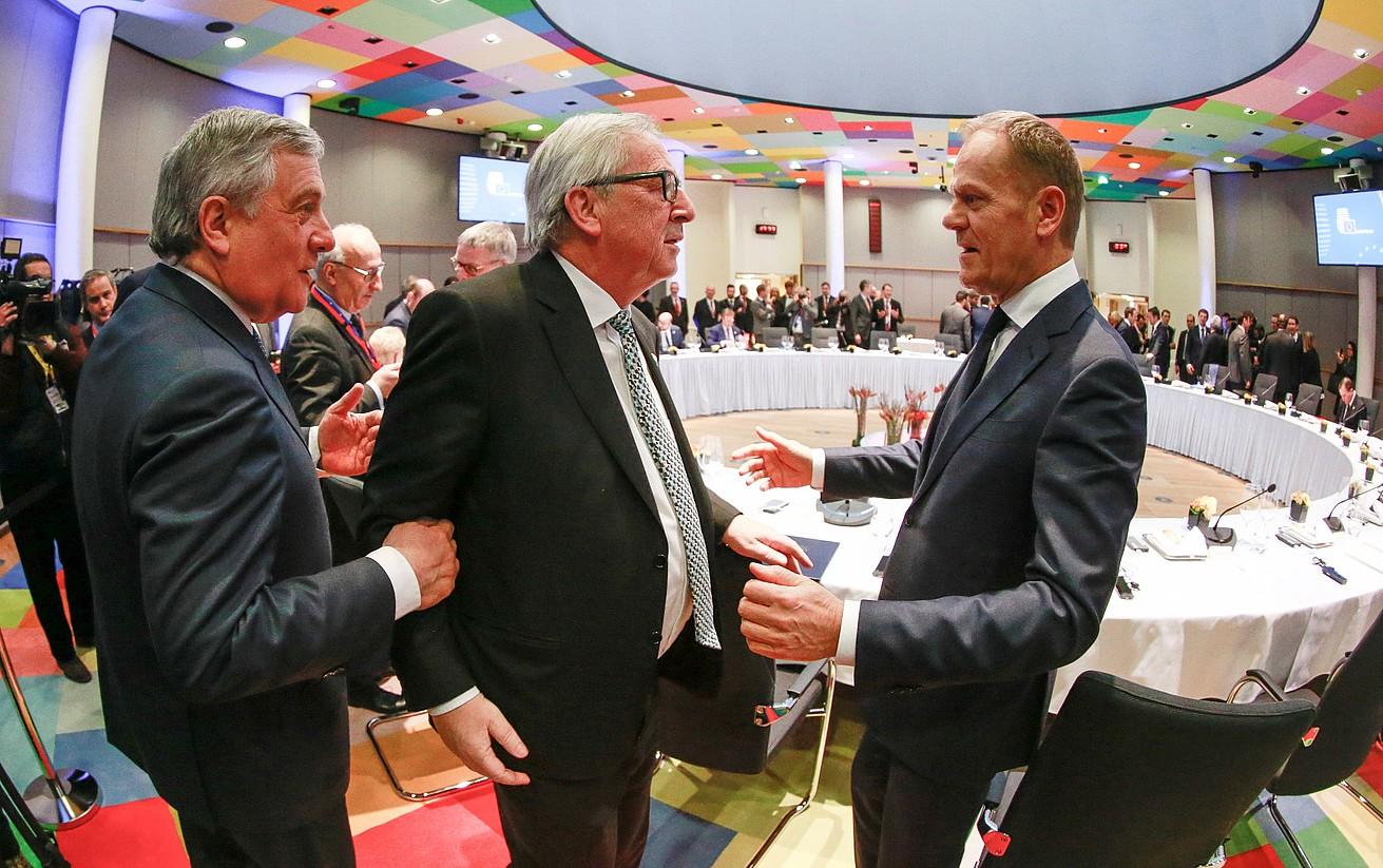 Antonio Tajani Europako Legebiltzarreko presidentea,Jean-Claude Juncker Europako Batzordeko presidentea,eta Donald Tusk Europako Kontseiluko presidentea, atzo, Bruselan. ©OLIVIER HOSLET / EFE