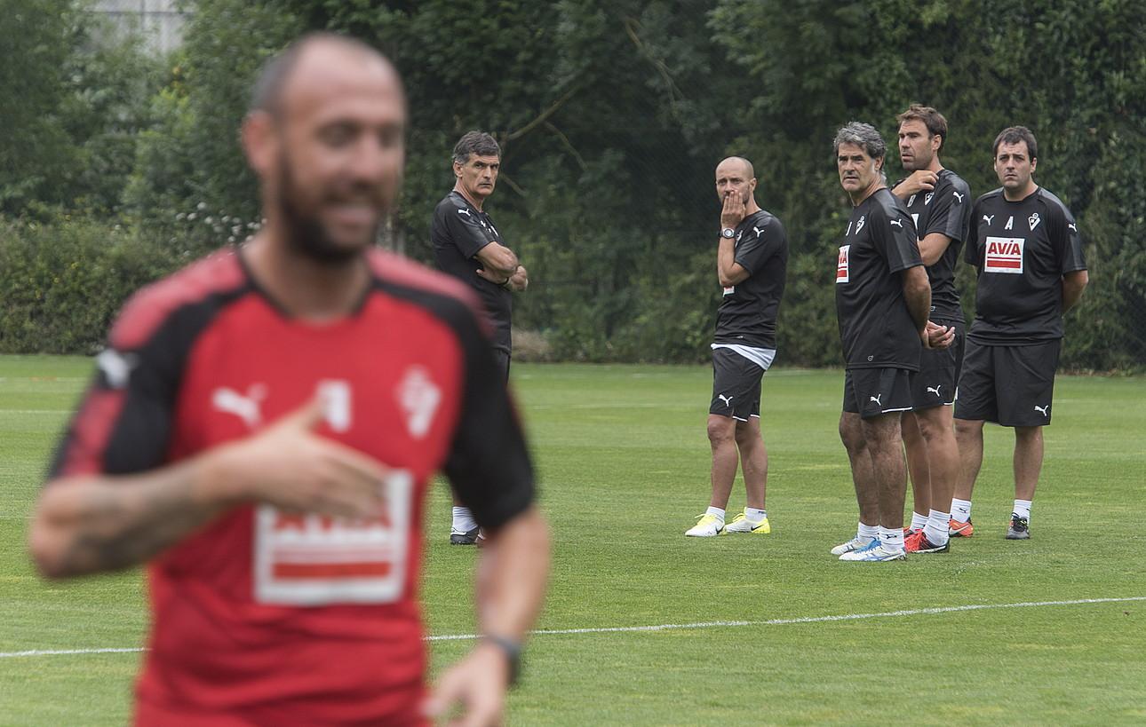 Jose Luis Mendilibar eta bere laguntzaileak, Toni Ruiz, Josu Anuzita, Iñaki Bea eta Andoni Azkargorta, entrenamendu bat jarraitzen, Atxabalpen. ©A. CANELLADA / ARP
