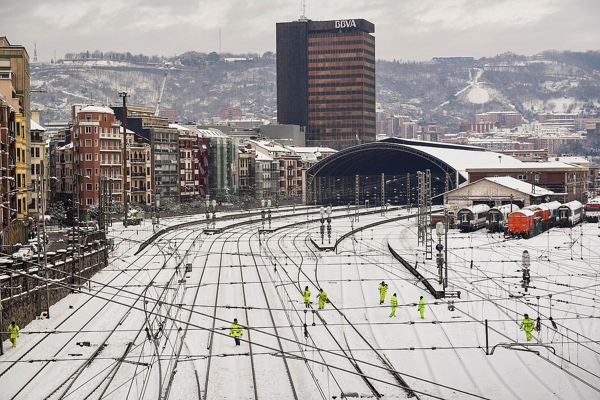 Abandoko Renferen tren geltokia, jarduna etenda, atzo goizean. Errail batzuk elurpean geratu ziren. ©MIGUEL TOÑA / EFE