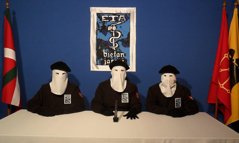ETAko kide batzuk, erakundeak 2011ko urriaren 20an jarduera armatua bukatutzat eman zueneko jakinarazpenean. / ETA / BESTEAK