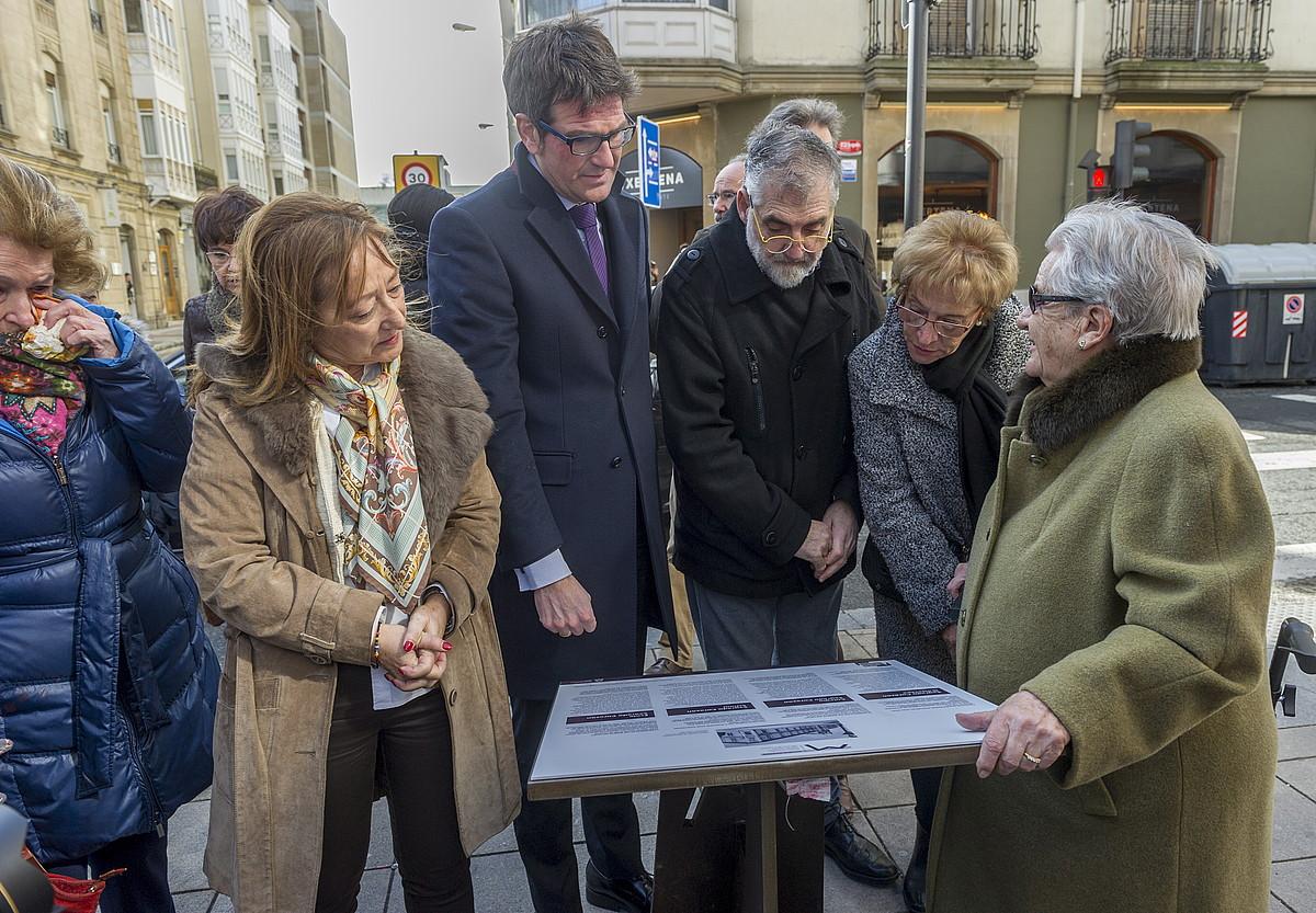 Foru kalean jarritako monolitoaren inaugurazioa, atzo. ©JUANAN RUIZ / ARGAZKI PRESS
