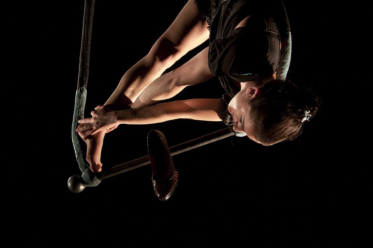 Maider Iabar, ikuskizun batean, trapezioan.