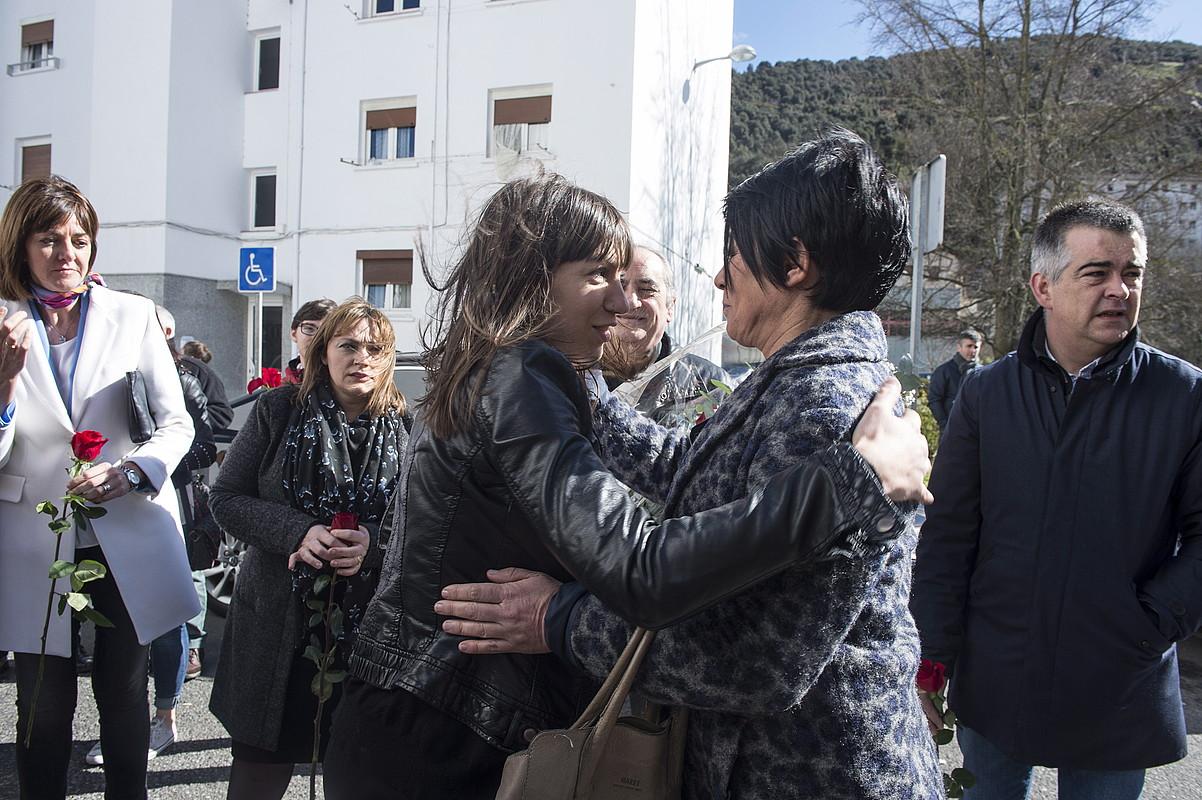 ETAk hildako Isaias Carrascoren alaba Sandra eta EH Bilduko legebiltzarkide Maddalen Iriarte, atzo Arrasaten eginiko ekitaldian. ©MONIKA DEL VALLE / ARGAZKI PRESS