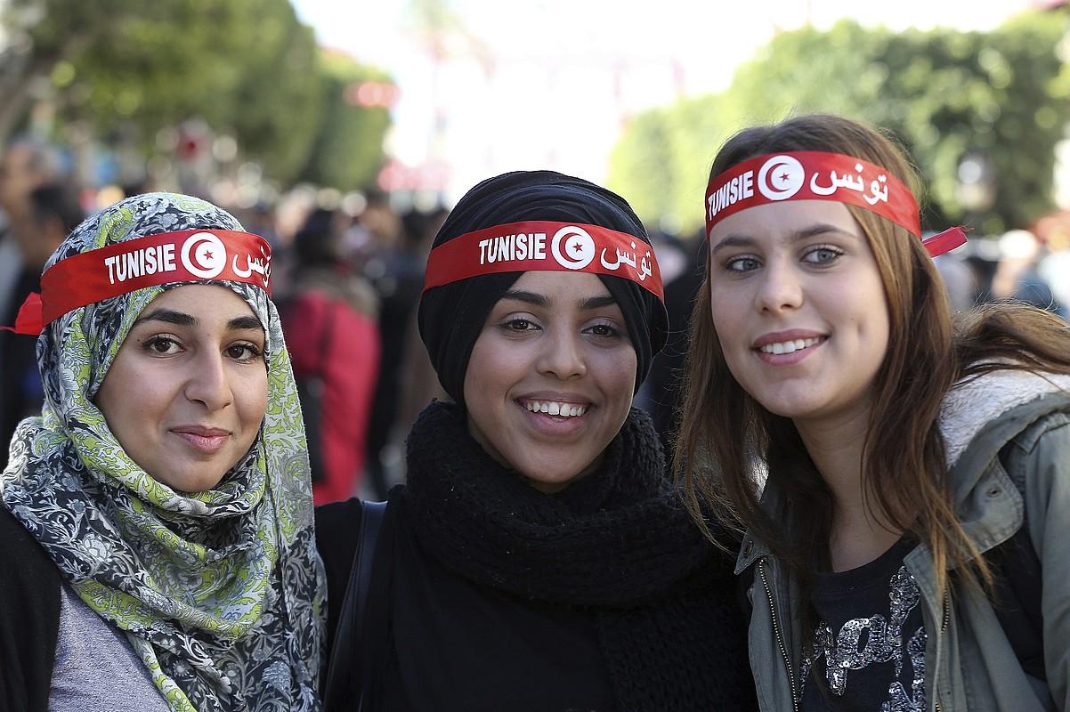 Tunisiako hiru neska gazte, Ben Aliren diktaduraren amaieraren bosgarren urteurreneko ospakizunean, Tunisen, duela bi urte. ©MOHAMED MESSARA / EFE
