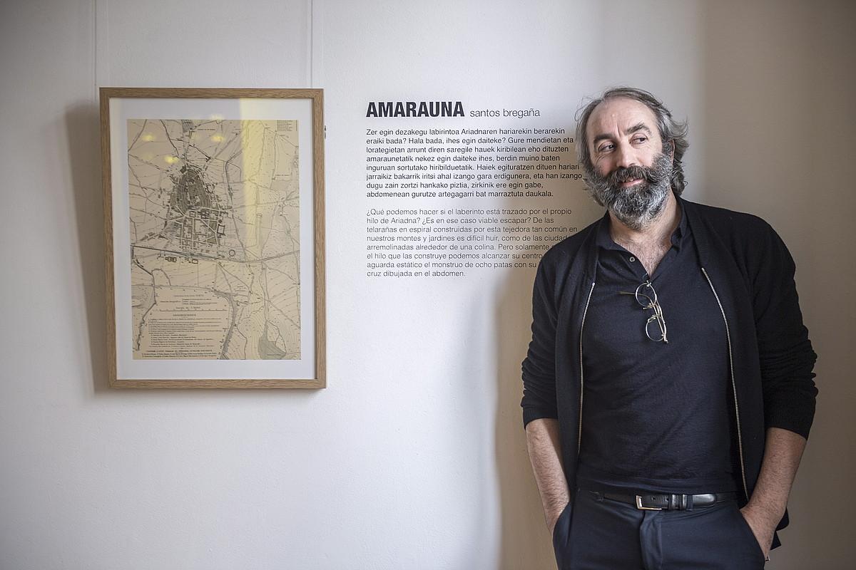 Santos Bregaña, Gasteizko 1888ko planoaren alboan. Hiriaren eta amaraunen arteko lotura iradokitzen du. ©GORKA RUBIO / ARP