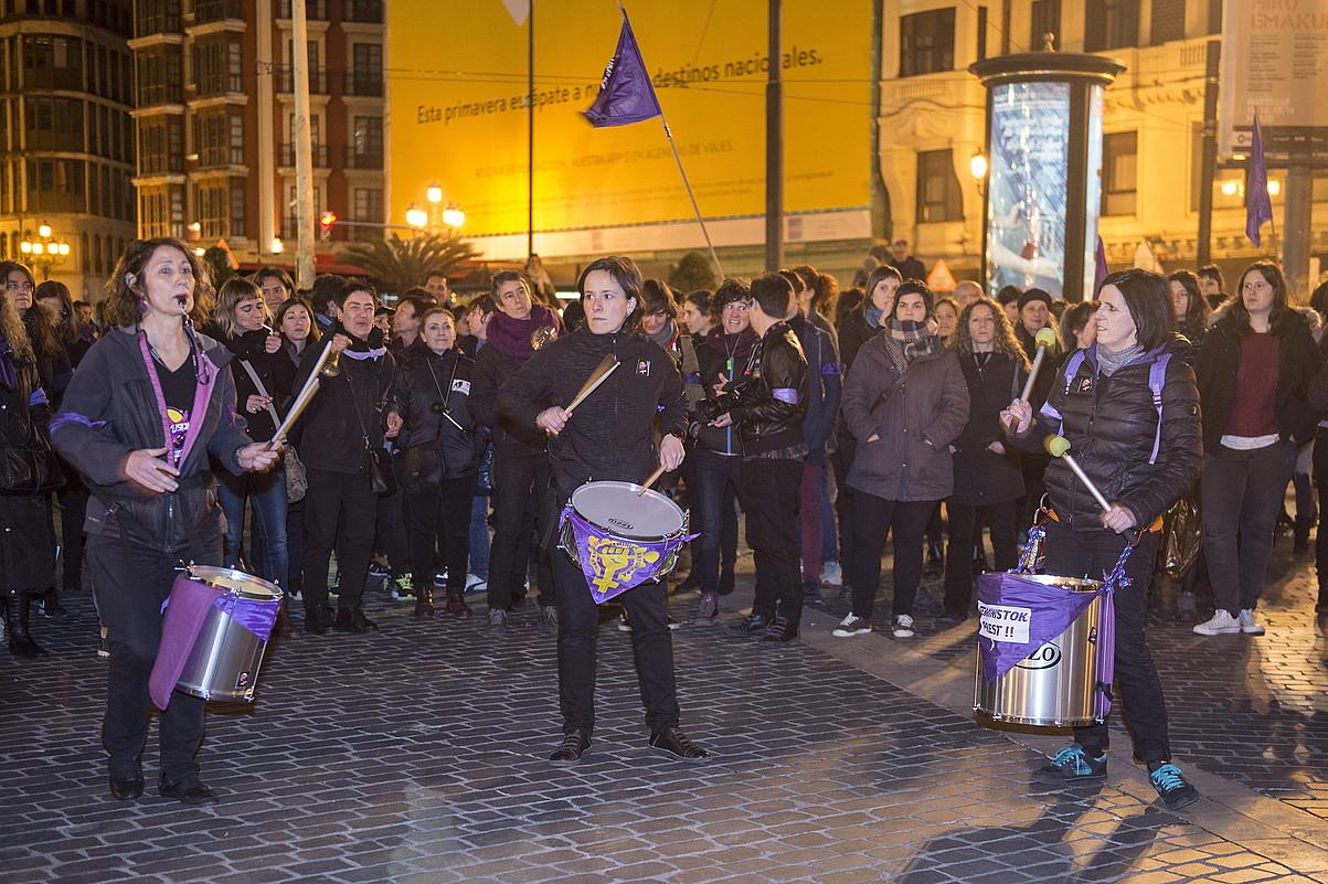 Mugimendu feministak elkarretaratzea egin zuen atzo Bilboko Arriaga plazan, gaurko greba iragartzeko. ©MONIKA DEL VALLE / ARGAZKI PRESS