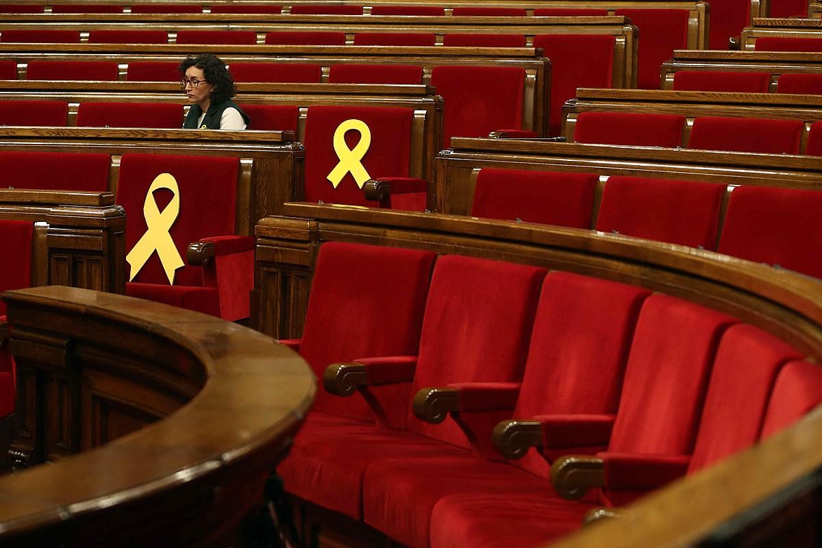 Bi xingola hori erraldoi Jordi Sanchez eta Oriol Junqueras diputatuen aulkietan, joan den ostegunean Kataluniako Parlamentuan.