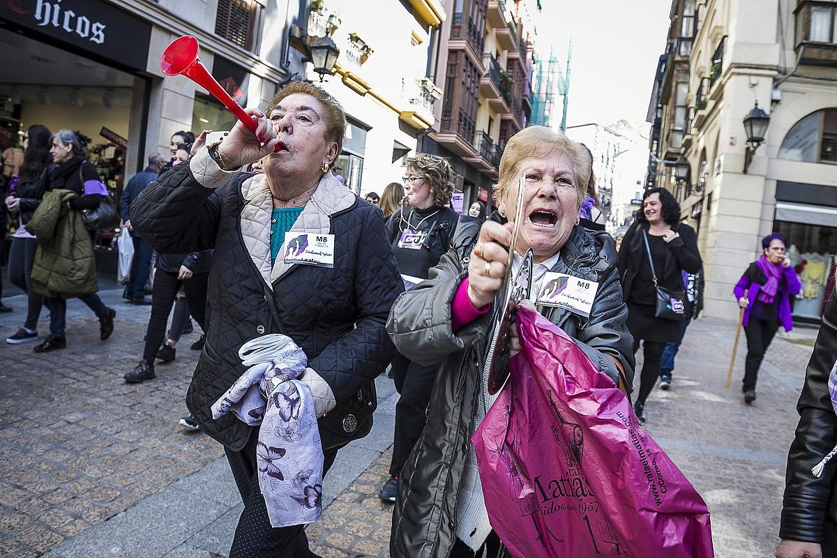 Bi andre, Bilboko Zazpi Kaleetan atzo eguerdian eginiko protestetan. / ARITZ LOIOLA / ARGAZKI PRESS