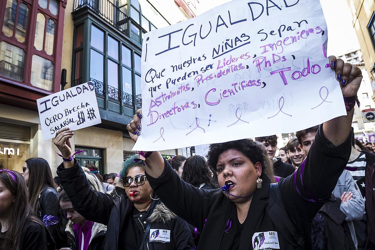 Hainbat emakume migratzaile atera dira Euskal Herriko kaleetara greba egunean. Irudian, Bilbo. / ARITZ LOIOLA / ARGAZKI PRESS