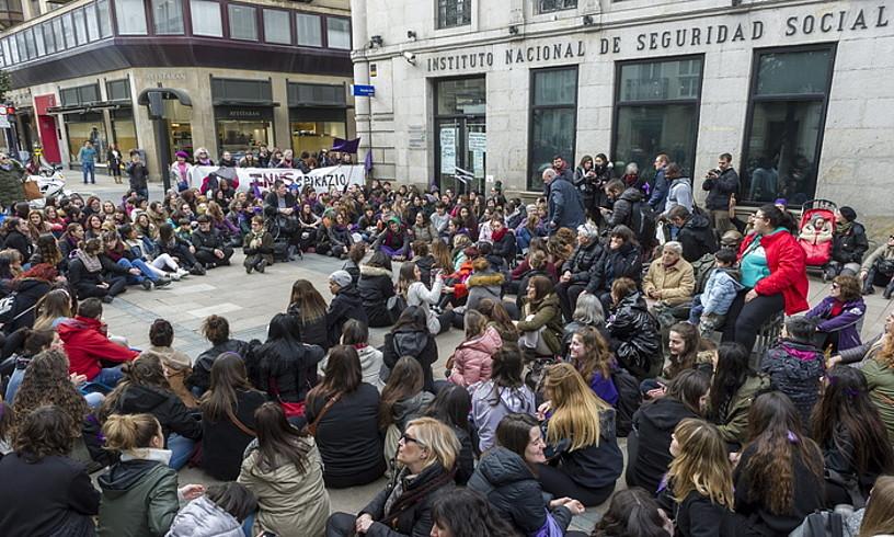 GASTEIZ. Jendetzak blokeatu du Gizarte Segurantzaren egoitza. / JUANAN RUIZ / ARGAZKI PRESS