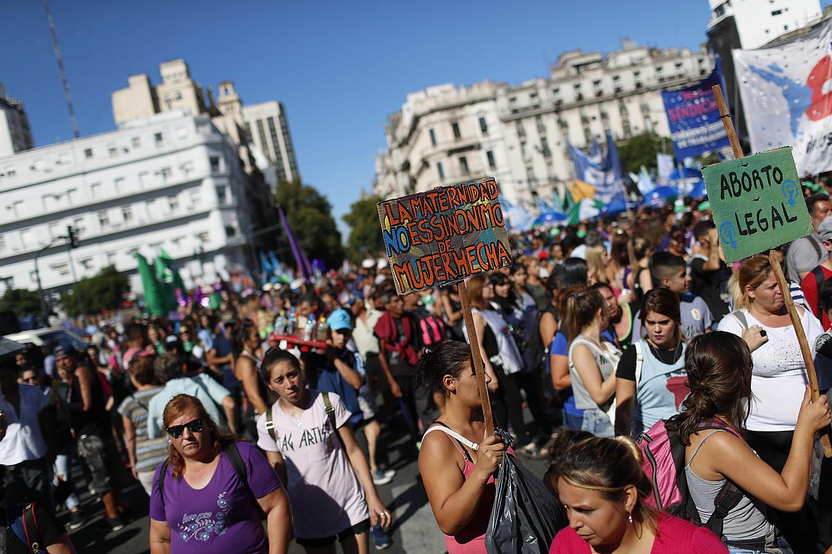 Argentina osoan ehunka martxa egin zituzten atzo. Jendetsuena Buenos Aires hiriburuan arratsaldean egindakoa izan zen. / DAVID FERNANDEZ / EFE