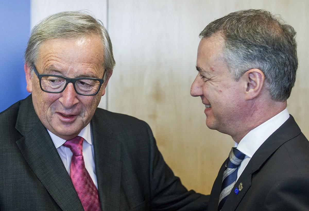 Jean Claude Juncker Europako Batzordeko burua eta Iñigo Urkullu Eusko Jaurlaritzakoa, iaz, Bruselan. ©STEPHANIE LECOCQ / EFE