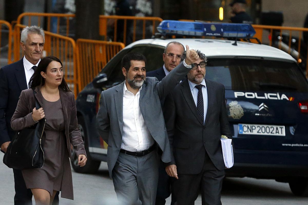 Jordi Sanchez irudiaren erdian—, iazko urrian, Espainiako Auzitegi Nazionalean deklaratu aurretik.
