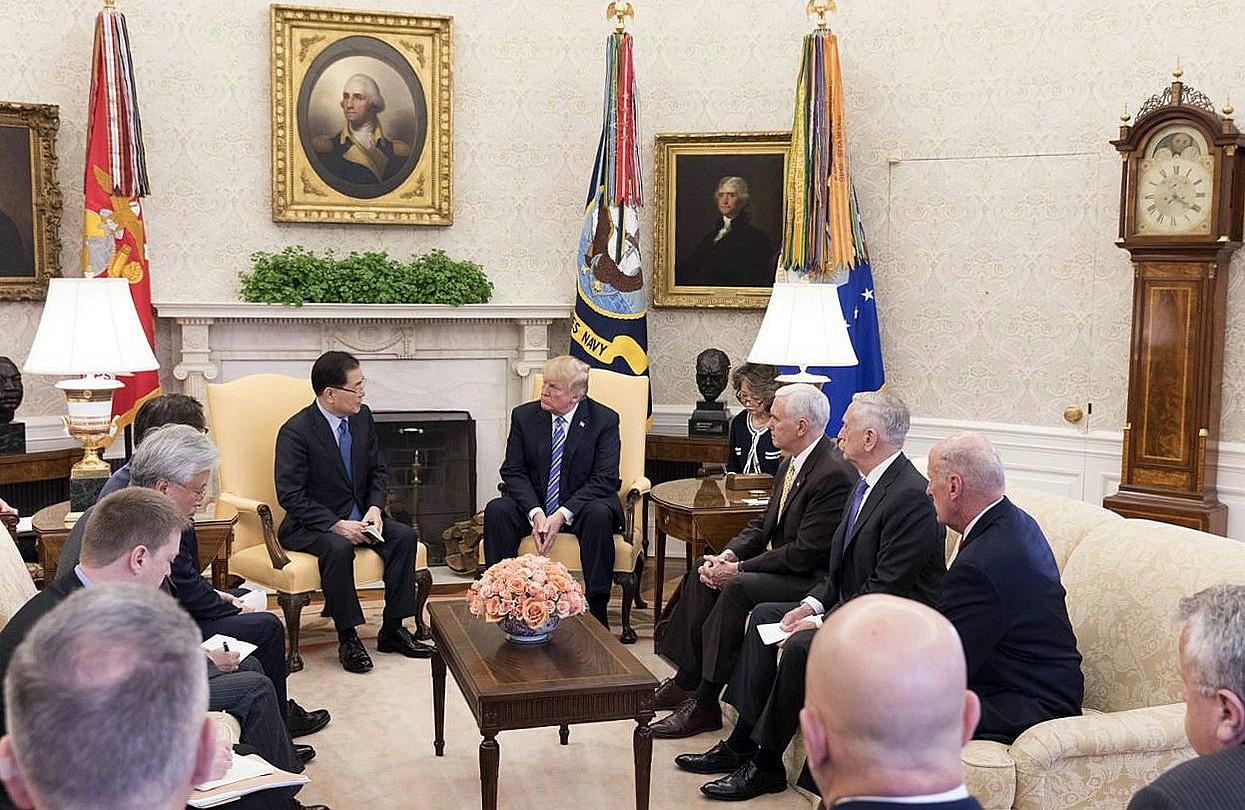 Chung Eui-yong Hego Koreako Gobernuko ordezkaria eta Donald Trump, herenegun, Etxe Zurian. ©CHEONG WAE DAE / EFE