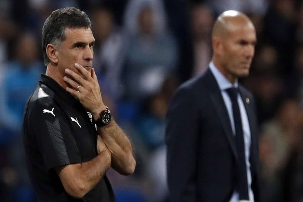 Jose Luis Mendilibar eta Zinedine Zidane, Eibarrek eta Real Madrilek lehen itzulian Santiago Bernabeun jokatutako partidan. ©JAVIER LIZON / EFE