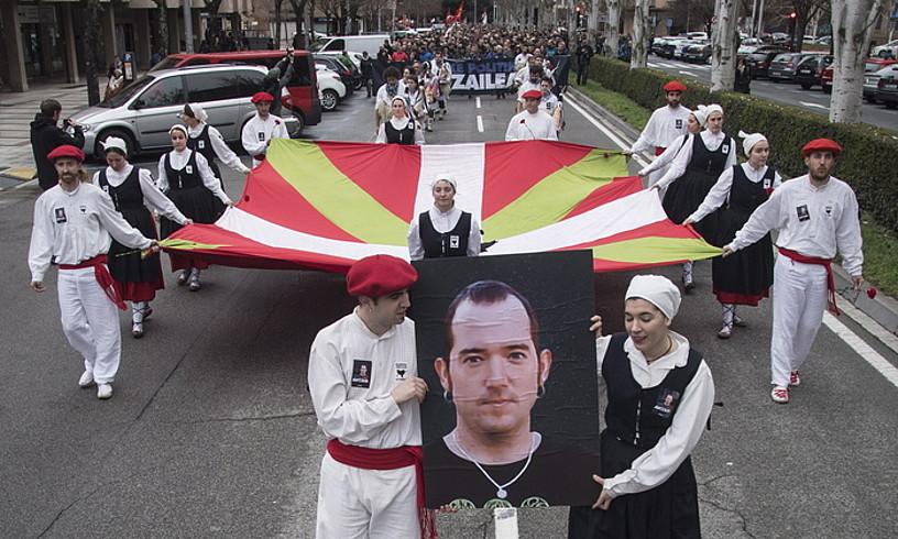 Aurreko astean hildako Xabier Rey presoa gogoratu zuten larunbatean, Iruñeko kaleetan. / JON URBE / ARGAZKI PRESS