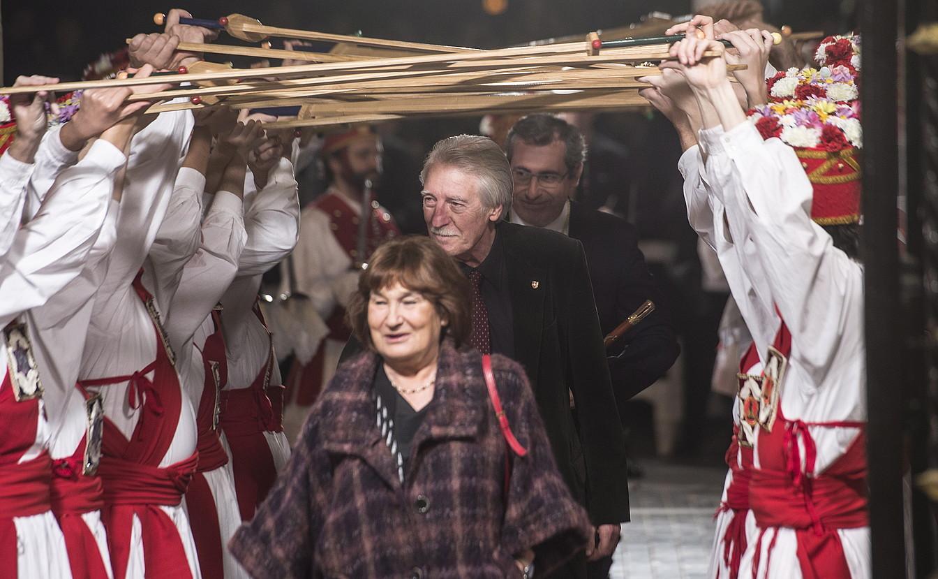 Marian Arregi, atzean Juan Antonio Urbeltz duela, Gipuzkoako Aldundiaren Urrezko Domina jasotzeko ekitaldian, 2015eko abenduan.