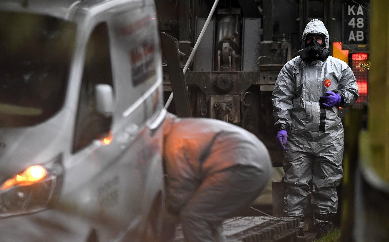 Erresuma Batuko armadako kideak, ikerketa lanetan, arropa bereziekin, herenegun, Salisburyn. ©NEIL HALL / EFE