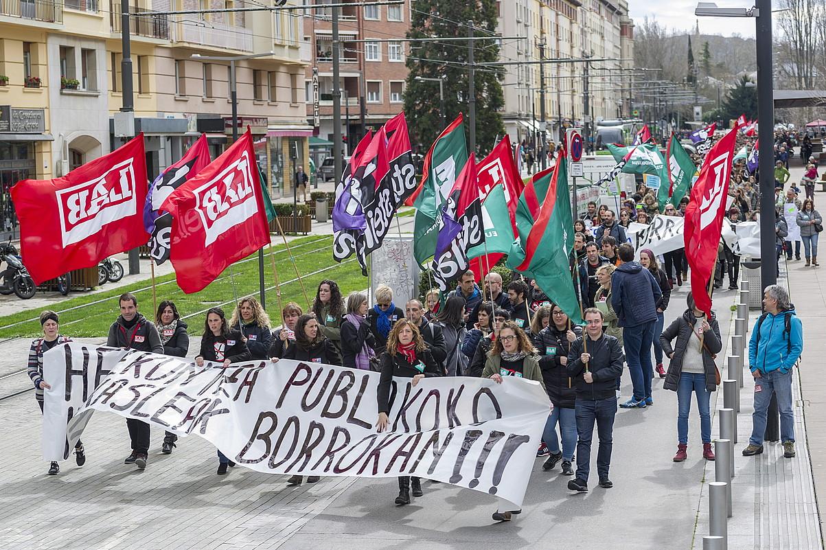Milaka langile eta guraso bildu ziren atzo, hezkuntza publikoaren greba egunean, deitutako manifestazioan, Gasteizen. ©JUANAN RUIZ / ARGAZKI PRESS