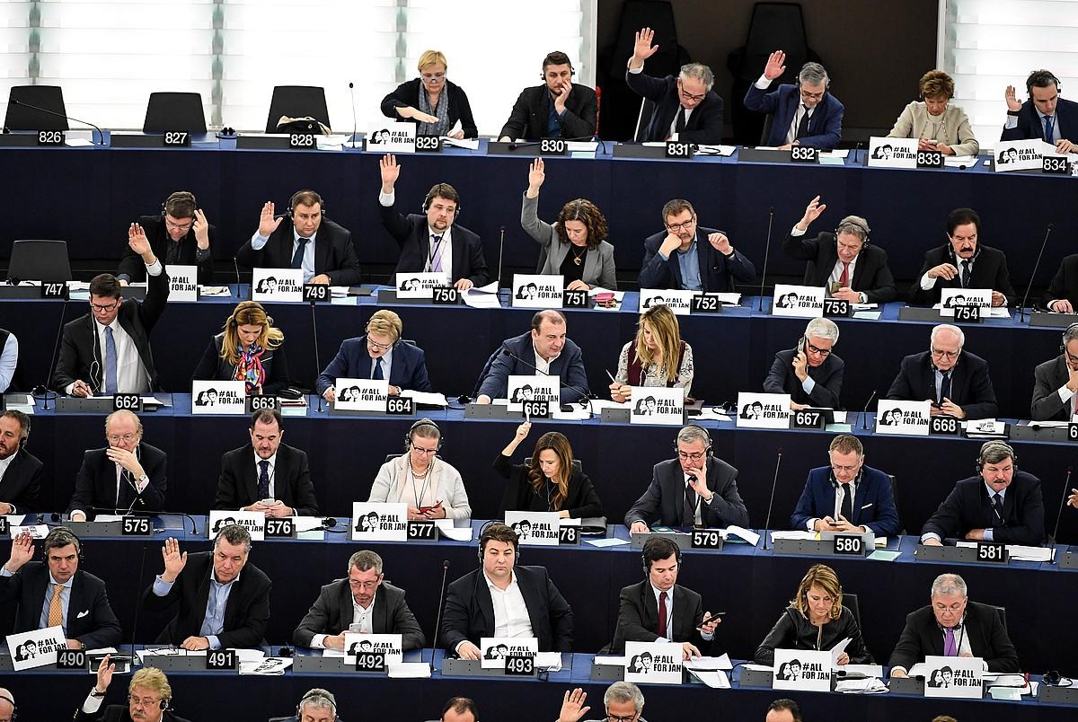 Europarlamentariak, <em>brexit</em>-a negoziatzeko gidalerroak bozkatzen. &copy;PATRICK SEEGER / EFE