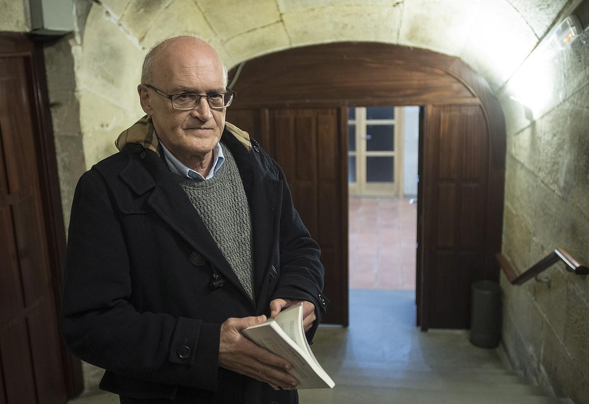 Jose Enrike Urrutia Capeau idazlea, <em>Pelegrinak</em> bere narrazio liburu berria eskuetan duela, atzo, Donostian.