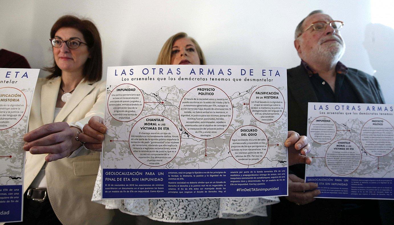 Consuelo Ordoñez eta Fernando Savater, armagabetzearen harira eginiko agerraldi batean, iazko apirilean. ©J. H. / EFE