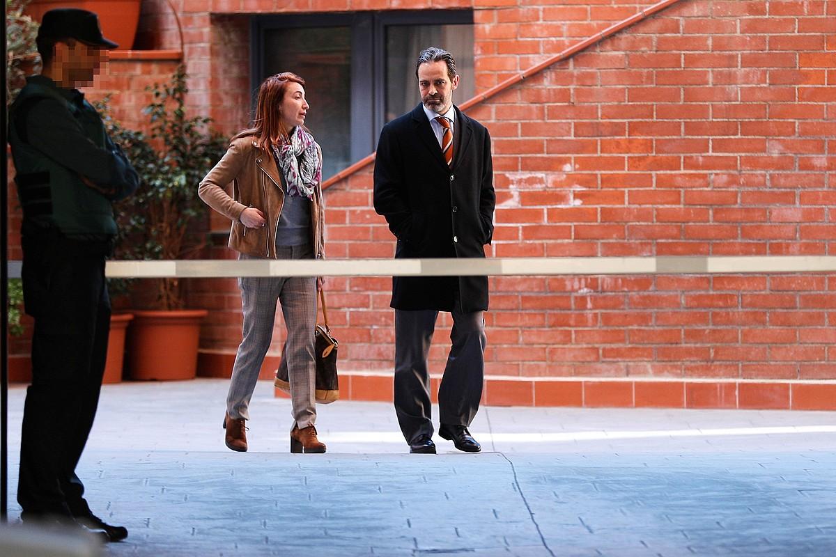 Kataluniako Gobernuko komunikazio idazkari Antoni Molons eta haren abokatu Judith Gene, atzo, Graciako kuarteletik ateratzen. ©ALEJANDRO GARCIA / EFE