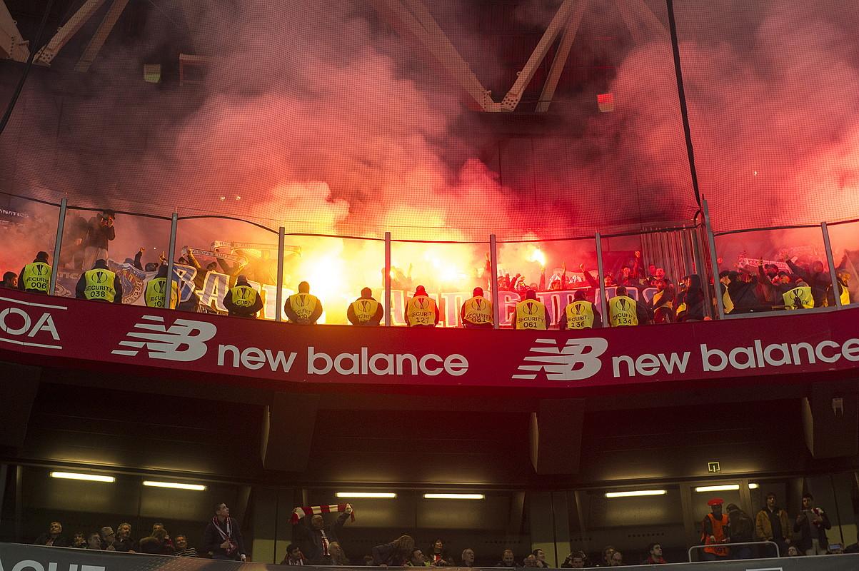 Olympique Marseillako zaleek hainbat bengala sartu zituzten San Mames barrura. ©MONIKA DEL VALLE / FOKU