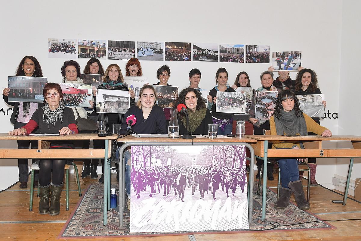 Euskal Herriko mugimendu feministako kideek agerraldia egin zuten atzo, Iruñean.