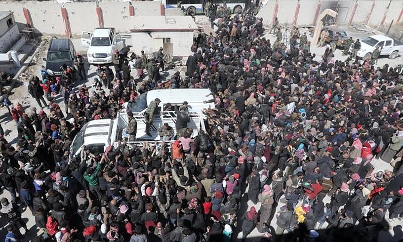 Ghouta Ekialdeko setiotik ebakuatutako herritarrak, atzo, soldaduek banatutako laguntza jasotzen, Hux Nasri udalerrian. ©YOUSSEF BADAWI / EFE