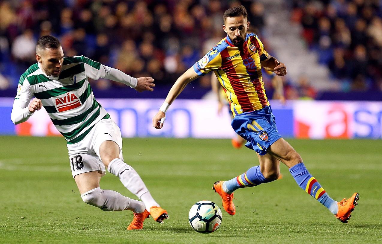 Arbilla eta Morales Levantekoa, baloiaren bila atzoko partidako jokaldi batean, Ciutat de Valencia estadioan. ©KAI F�RSTERLING / EFE