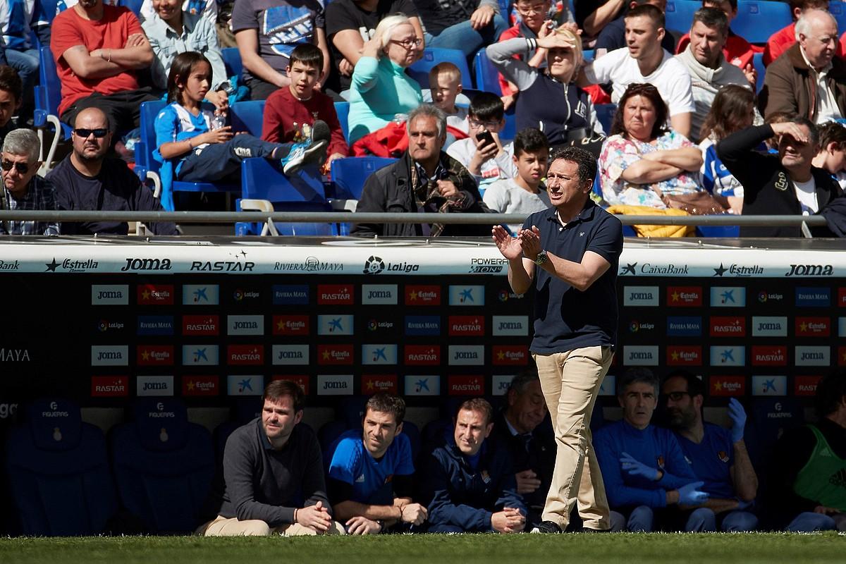 <b>Eusebio Sacristan, jokalariak animatu nahian, joan den asteburuan, Espanyolen aurka.</b> &copy;ALEJANDRO GARCIA / EFE