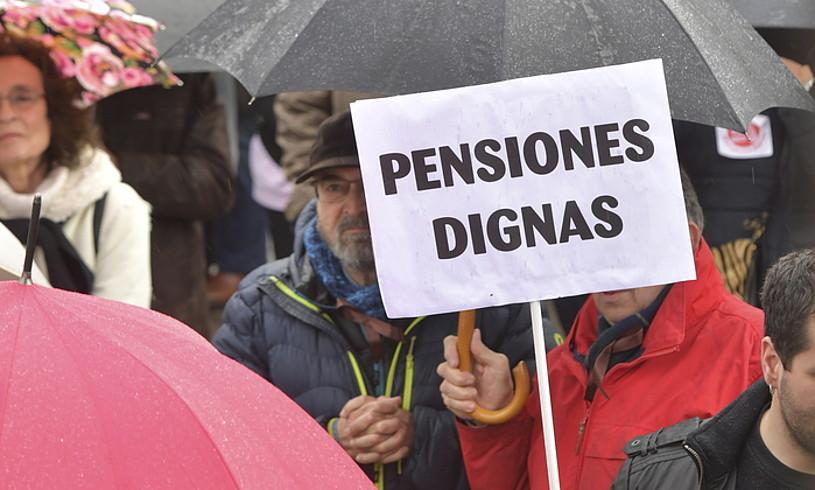 Pentsio duinak eskatzen dituzten kartelak, atzo, Iruñean. ©IDOIA ZABALETA / FOKU