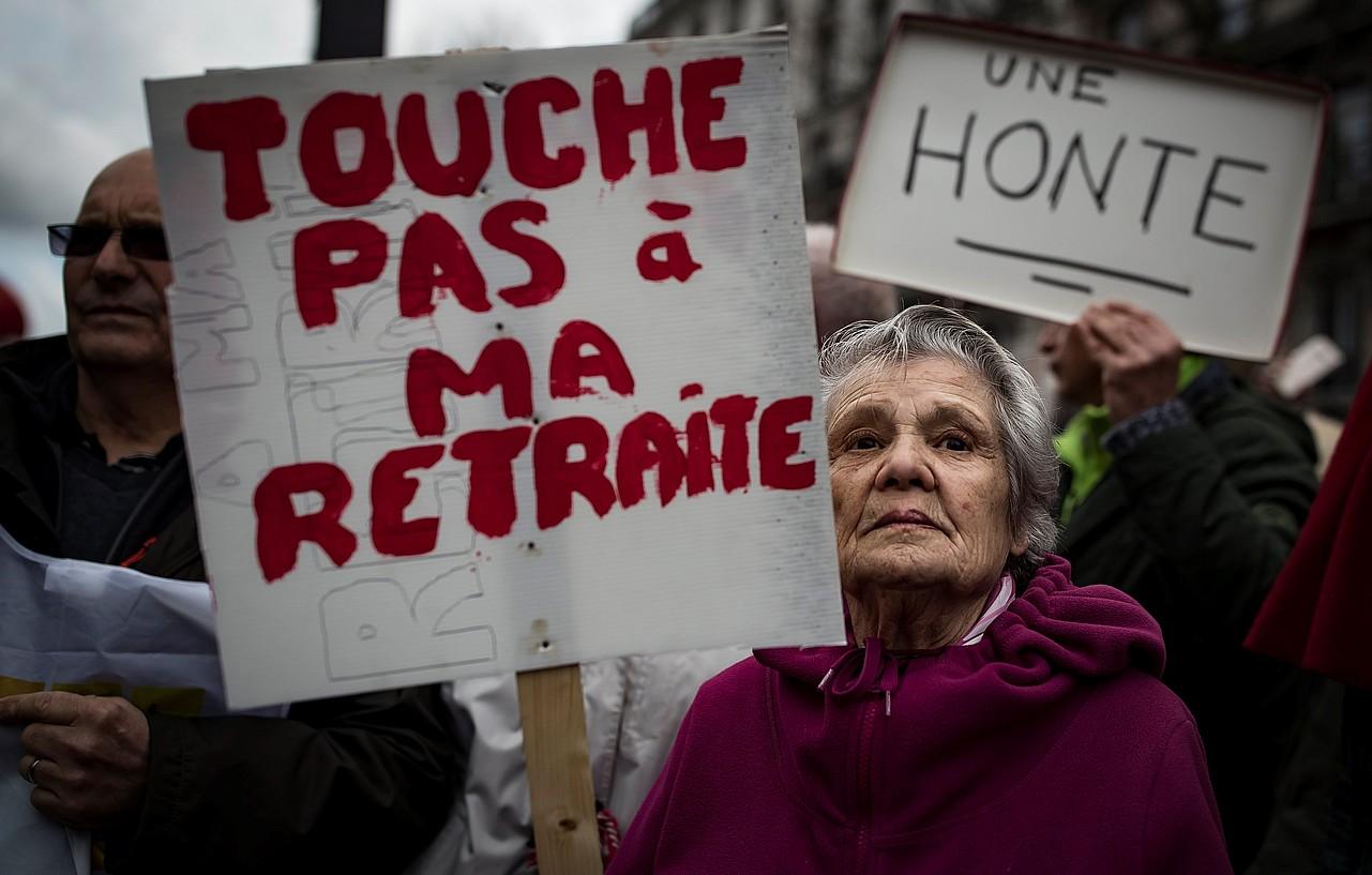 Emakume erretiratu bat, osteguneko protestan, Parisen.