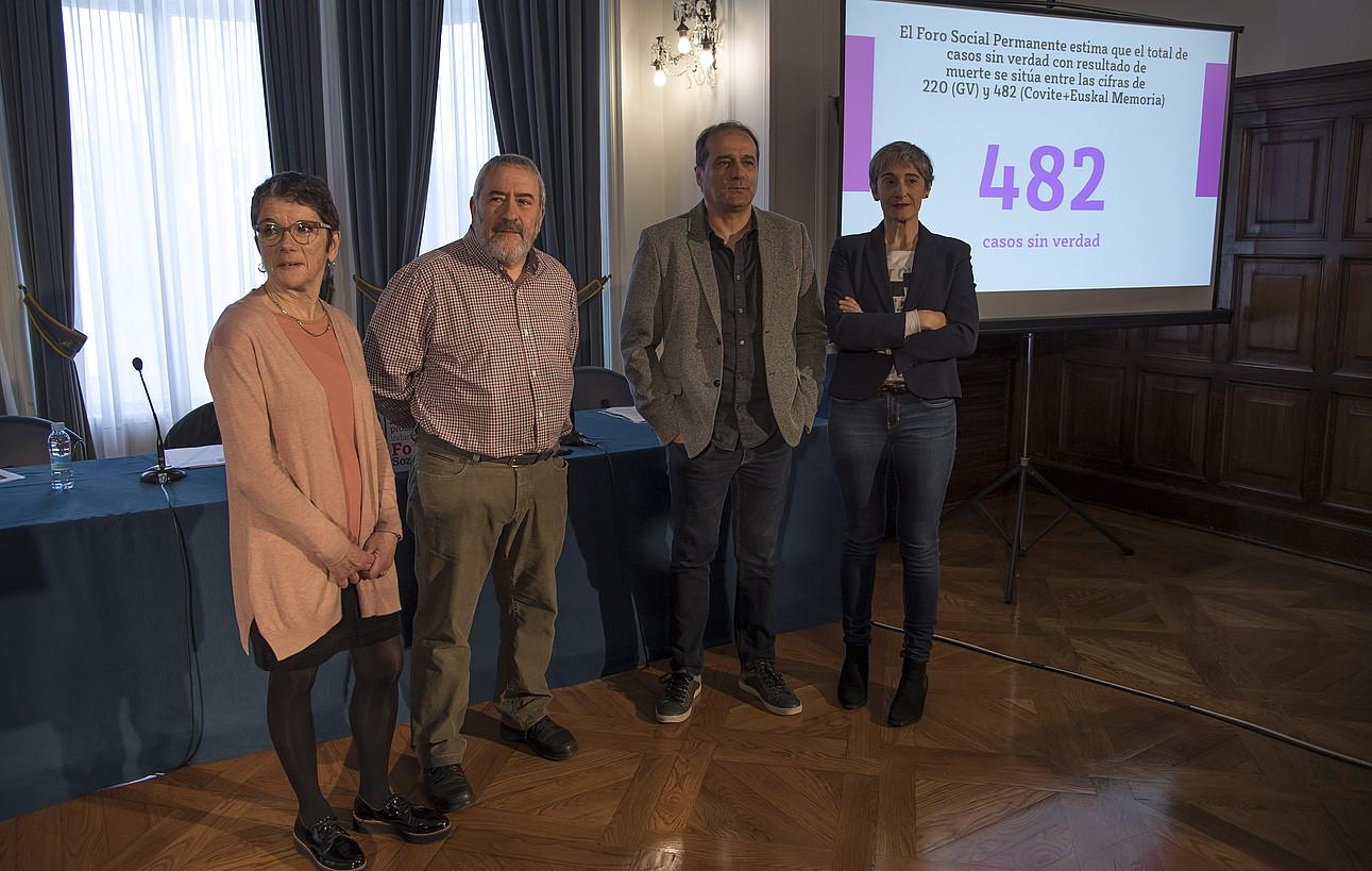 Foro Sozialeko kide Teresa Toda, Fermin Armendariz, Agus Hernan eta Nekane Altzelai, atzo, Donostian. ©A. CANELLADA / FOKU