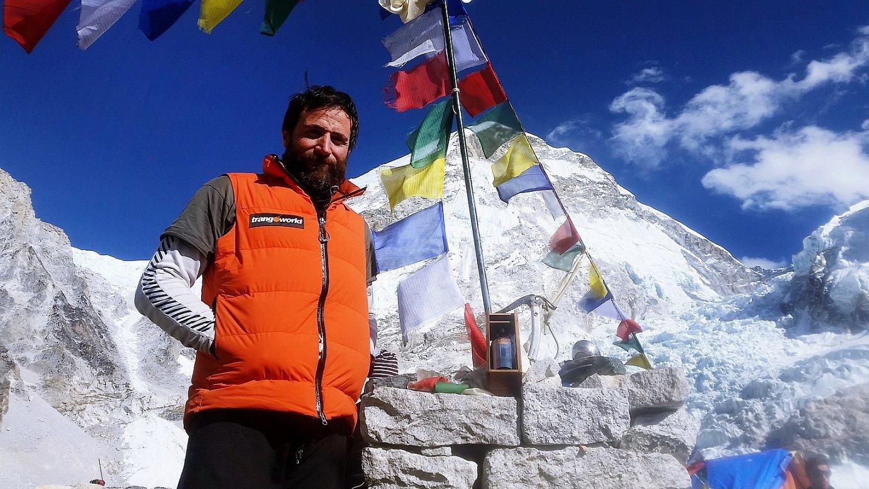 «Izugarrizko zortea behar da Everesten»