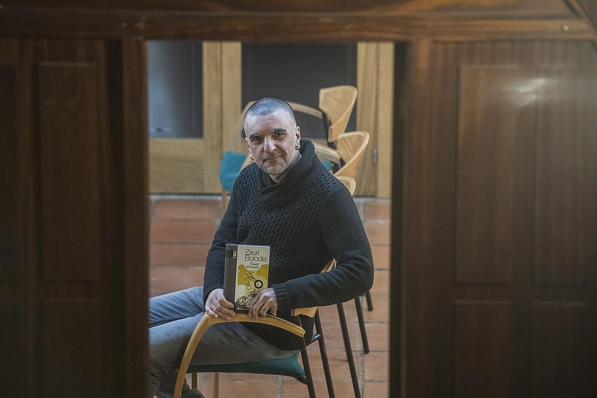 Oier Guillan, <em>Zauri Bolodia</em> liburu berria eskuetan duela, atzo, Donostian. ©JON URBE / FOKU