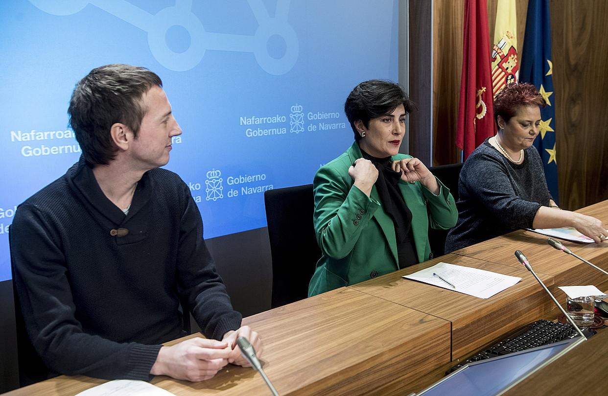 Maria Solana kontseilaria, Hezkuntzako bi ordezkarirekin batera, atzoko agerraldian. ©JAGOBA MANTEROLA / FOKU