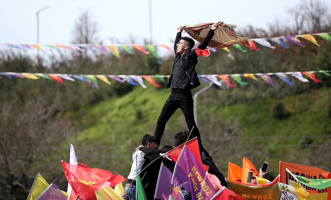 Kurdistandik kanpoko hiri batzuetan ere jendetza elkartu zen atzo Newroz jaia ospatzeko. Irudian, Istanbulgo elkarretaratze bat. ©ERDEM SAHIN / EFE