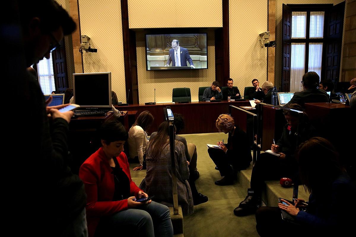 Hainbat kazetari, Jordi Turullen inbestidura hitzaldia entzuten, atzo, Kataluniako Parlamentuan.