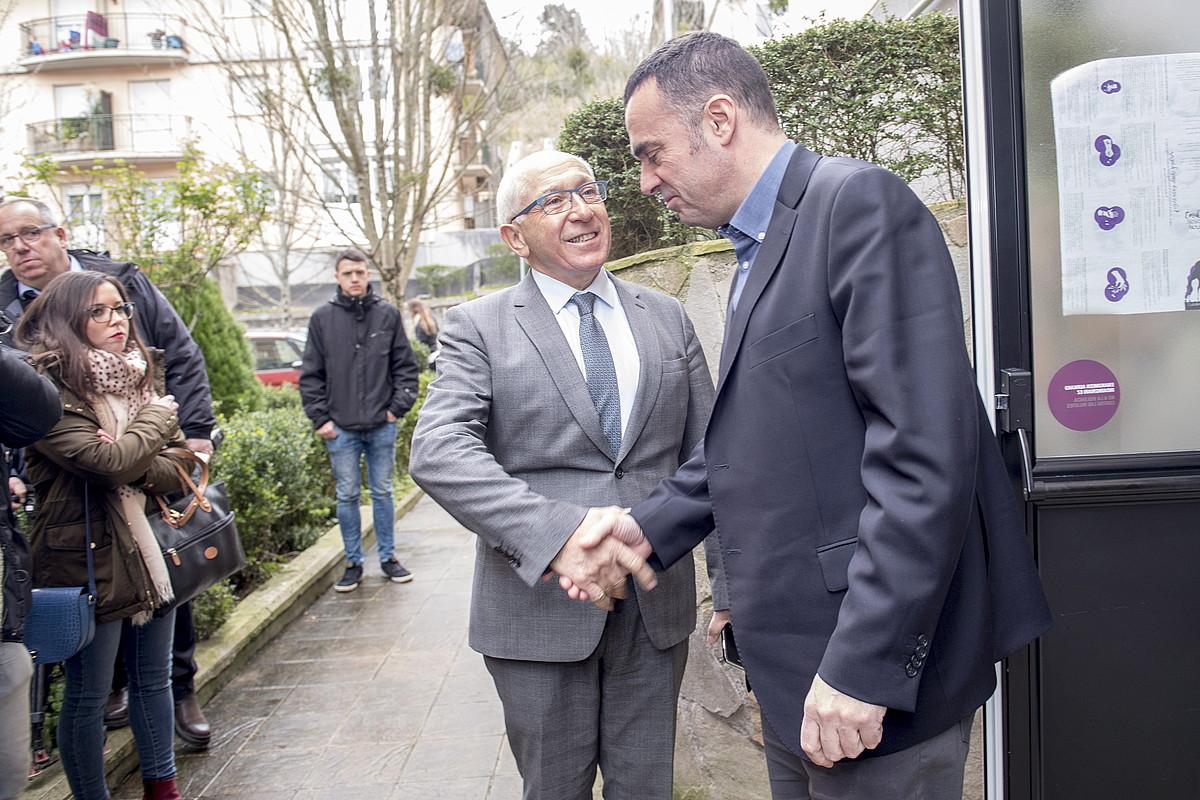 Etxegarai Euskal Elkargoko lehendakaria eta Coviteko Mujika, biktimen elkartearen egoitzan, atzo. / J. C. RUIZ / FOKU