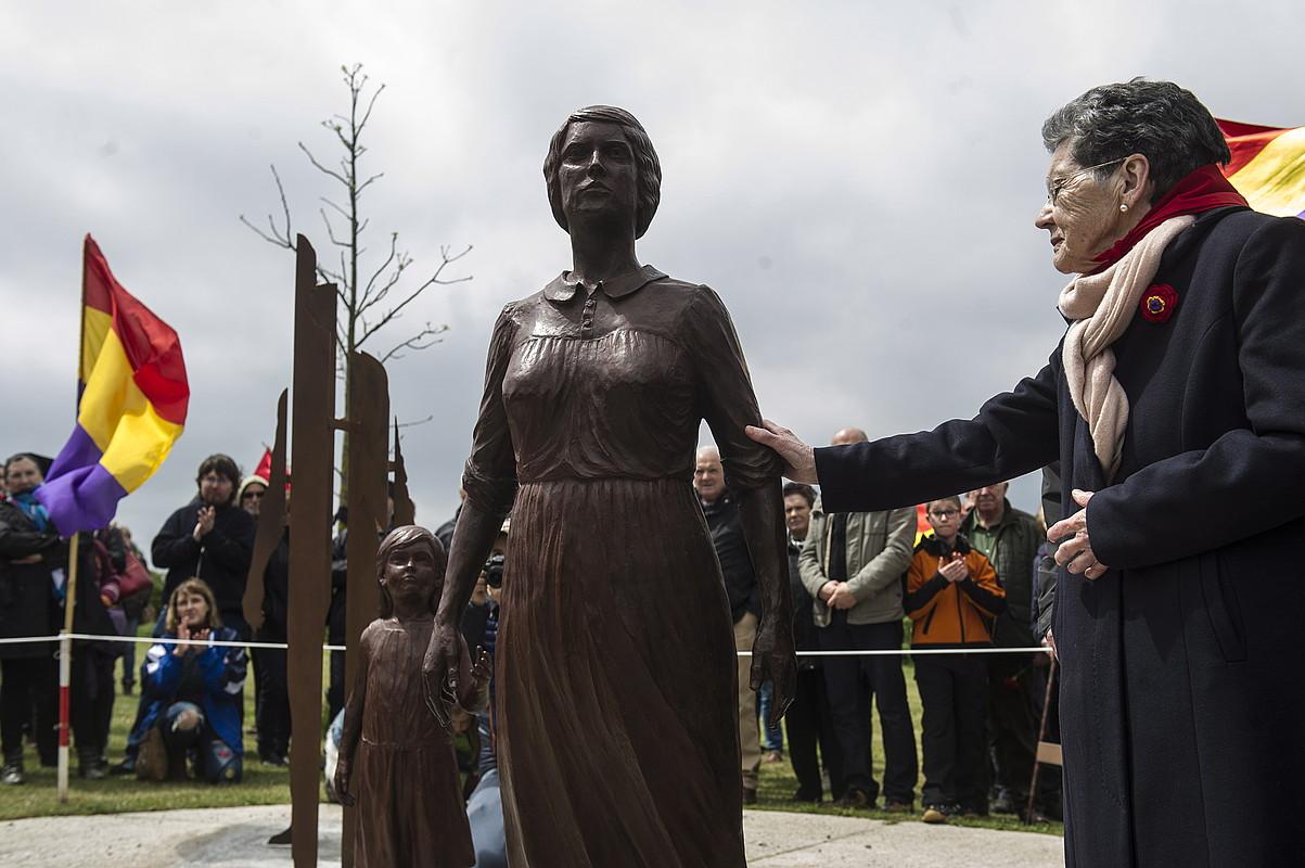 <b>Omenaldia. </b>Monumentu bat inauguratu zuten Sartagudako memoriaren parkean iaz. 1936ko kolpe militarrean eta diktaduran frankismoari aurre egin zioten emakumeen omenez.