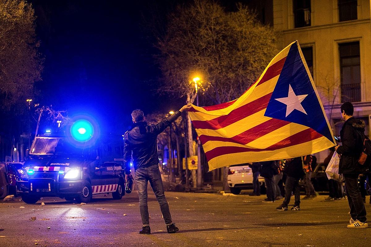 Milaka lagun atera ziren kalera igandean, Carles Puigdemonten atxiloketa salatzeko kontzentrazioetan parte hartzeko. Istiluak izan ziren Kataluniako hainbat lekutan. ©ENRIC FONTCUBERTA / EFE
