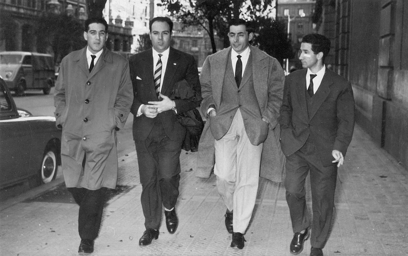 Javier Batarrita Elexpuru, ezkerretik bigarrena, Fausto Coppi txirrindularia alboan duela, Milanen, 50eko hamarkadaren amaieran.