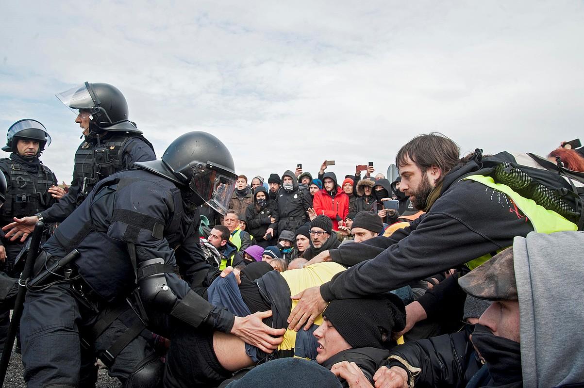 CDR Errepublikaren Aldeko Batzordeek AP-7 autobidea moztu zuten Figueres parean (Girona), eta tentsio uneak izan ziren mossoekin. ©ROBIN TOWNSED / EFE