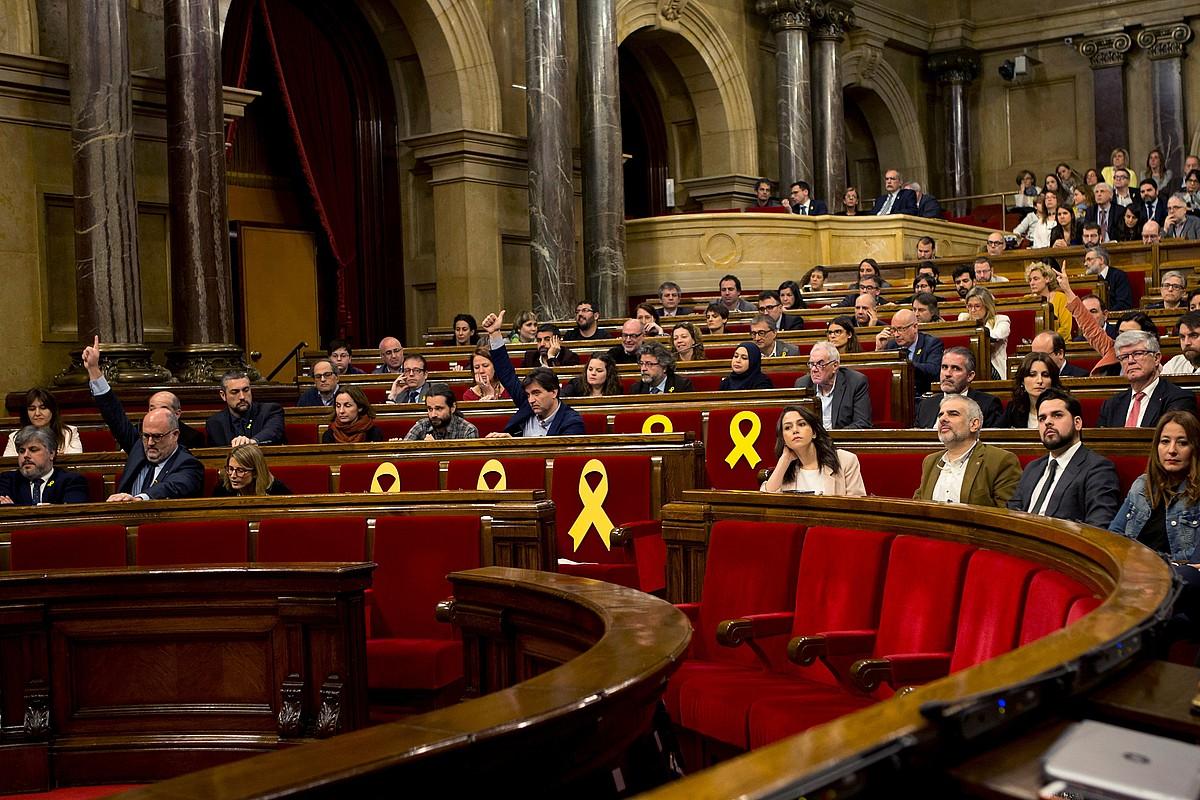 Kataluniako Parlamentuan hainbat ebazpen proposamen eztabaidatu eta bozkatu zituzten atzo. Xingola horiak jarri zituzten espetxeratuta dauden JxCko eta ERCko diputatuen aulkietan.