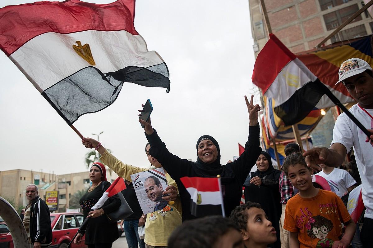 Al-Sisi presidentearen jarraitzaileak, atzo, Kairoko hautesleku baten ondoan. ©MOHAMED HOSSAM / EFE